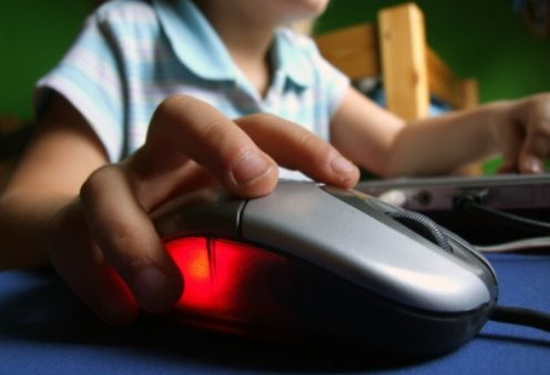 child_using_computer_mouse