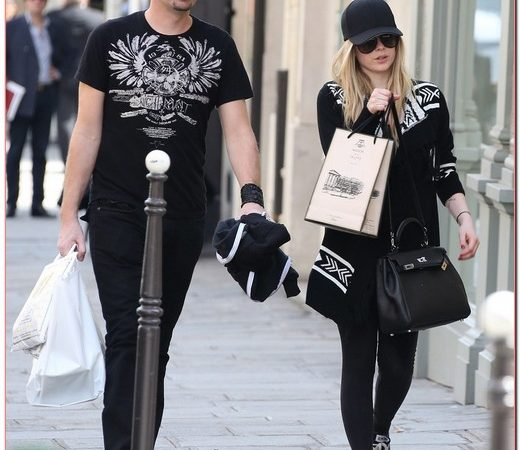 Avril Lavigne Enjoys A Paris Lunch With Mystery Man