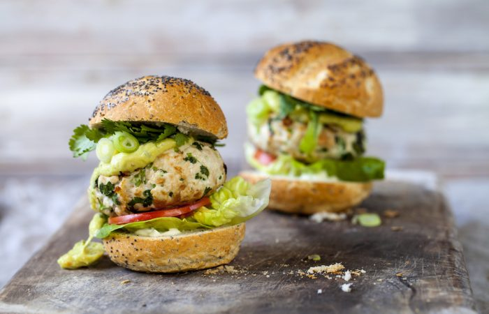 turkey_burgers_with_avocado_and_hummus