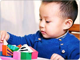 Asian_boy_playing_blocks_BRAND_PHO_EN