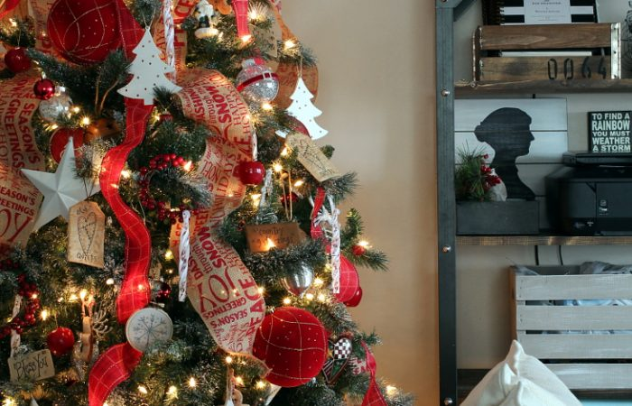 RED-AND-BURLAP-CHRISTMAS-TREE