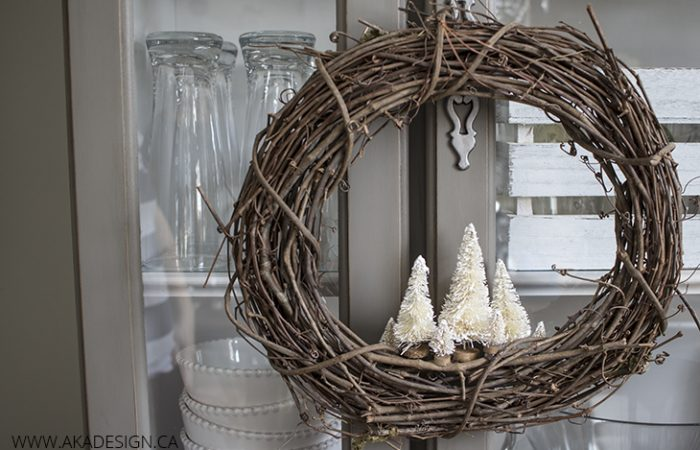 rustic-holiday-wreath-with-bottle-brush-trees